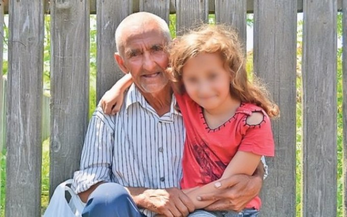 Strabunicul care are grija de o fetita abandonata de mama acum 10 ani
