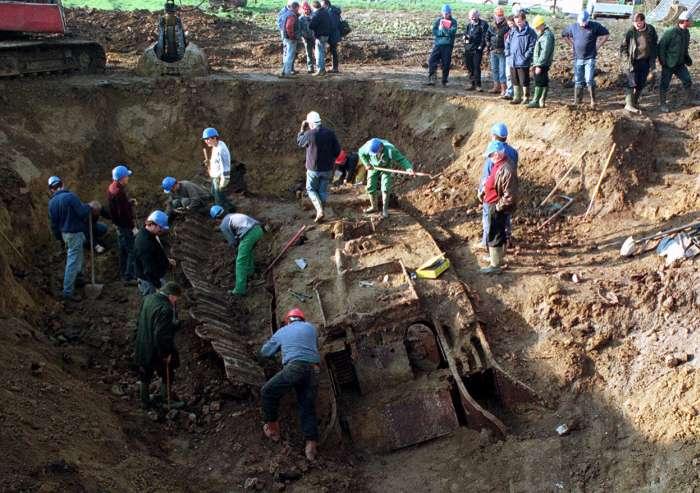 Vei citi cu lacrimi in ochi! Au găsit un tanc îngropat în pădure. Când l-au deschis au rămas în lacrimi…