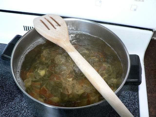 Din secretele gospodinelor! Uite de ce este bine să pui o lingură de lemn pe oala cu mâncare: Sigur nu știai!