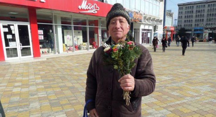 """Afla povestea emoţionantă a pensionarului care vinde flori în versuri ca să îşi ajute nepoţii: """"Fac naveta aproape zilnic pentru a vinde câteva buchete"""""""