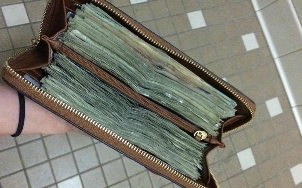 Un rrom din Arad a gasit pe strada un portofel urias plin, avea in el 1.250 de euro, dar l-a predat politiei. Cand l-a intalnit pe proprietar, i-a spus ca a avut mereu in minte un lucru. Ce i-a cerut in schimb proprietarului